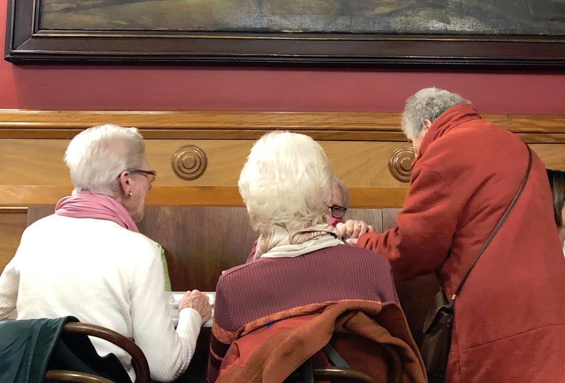 Señoras de tertulia en el Café Moderno de Pontevedra